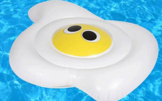 Un oeuf gonflable pour piscine