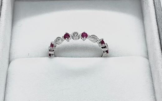 Un jonc en or blanc avec rubis et diamant
