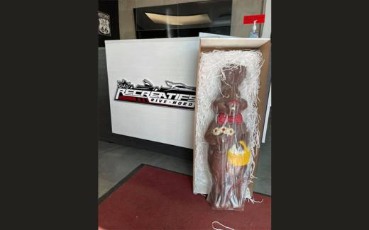 Un lapin en chocolat de 3 pieds de haut