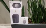 Un haut-parleur et un thermostat Google Nest